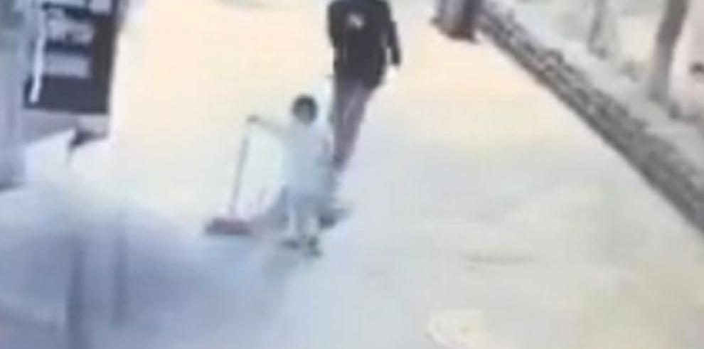 Bebé es golpeado brutalmente por un hombre en China