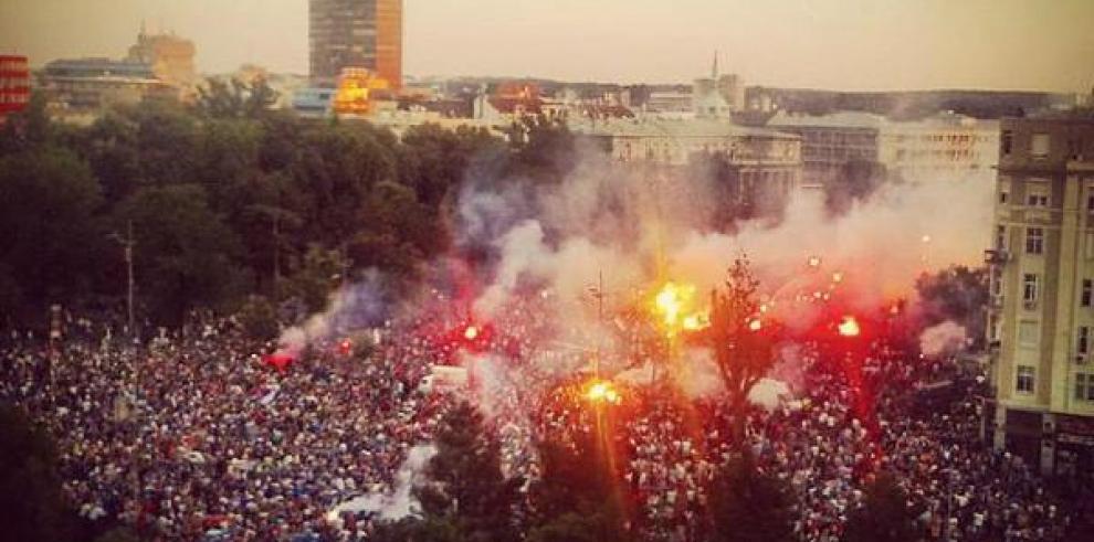 Los campeones sub-20 serbios son recibidos por 50,000 hinchas