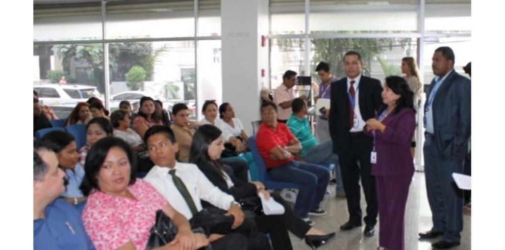 Educadores becados tramitan sus pasaportes