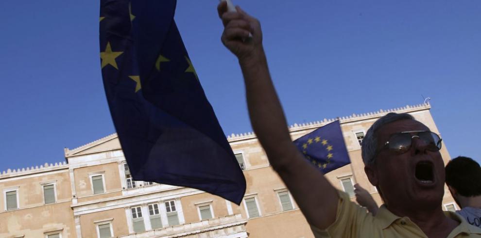 Griegos a favor de permanecer en Europa realizan marcha en Atenas