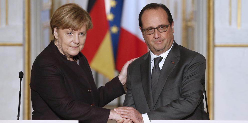 Hollande pide apoyo a Merkel contra el EI