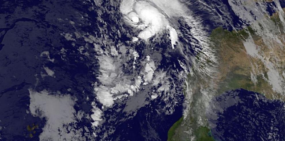 El tardío huracán Sandra se fortalece en el Pacífico