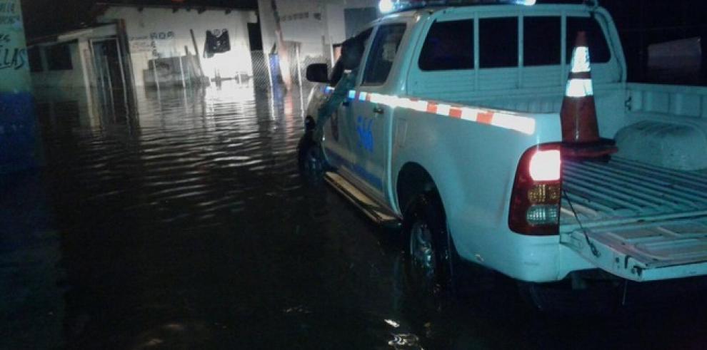 Mareas altas afectan varias viviendas en Boca La Caja y Puerto Caimito