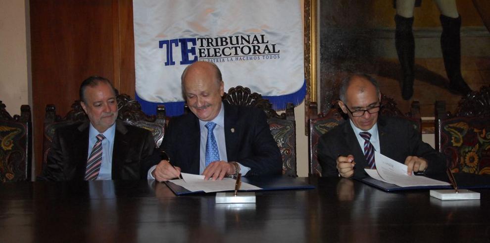 Firman convenio a favor de la democracia