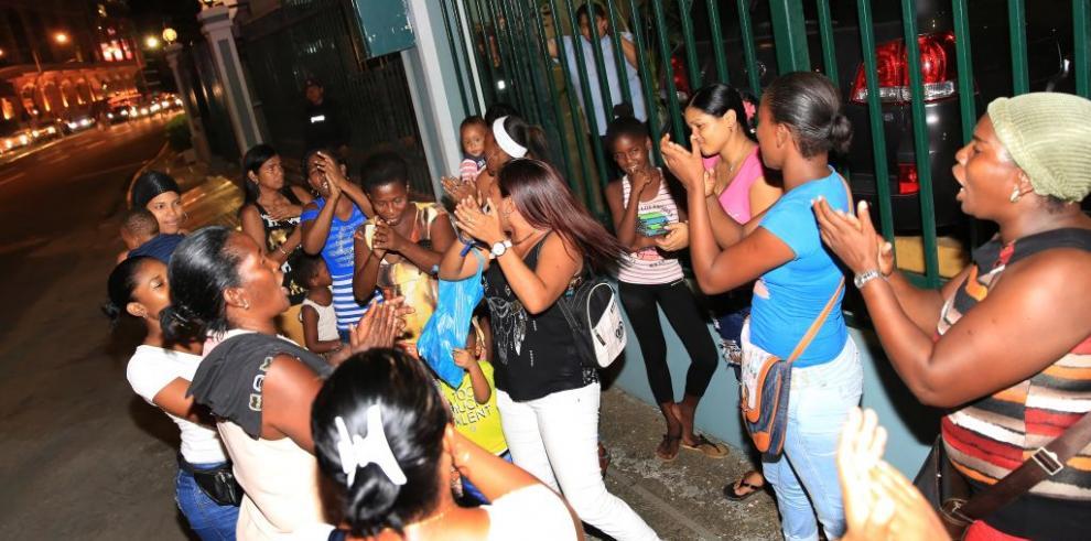 Protestan en residencia de Varela para pedir libertad de familiares