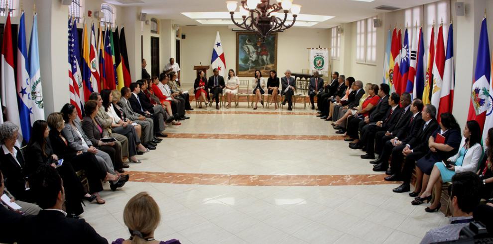 Isabel de Saint Malo preside diálogo sobre reformas en Cancillería