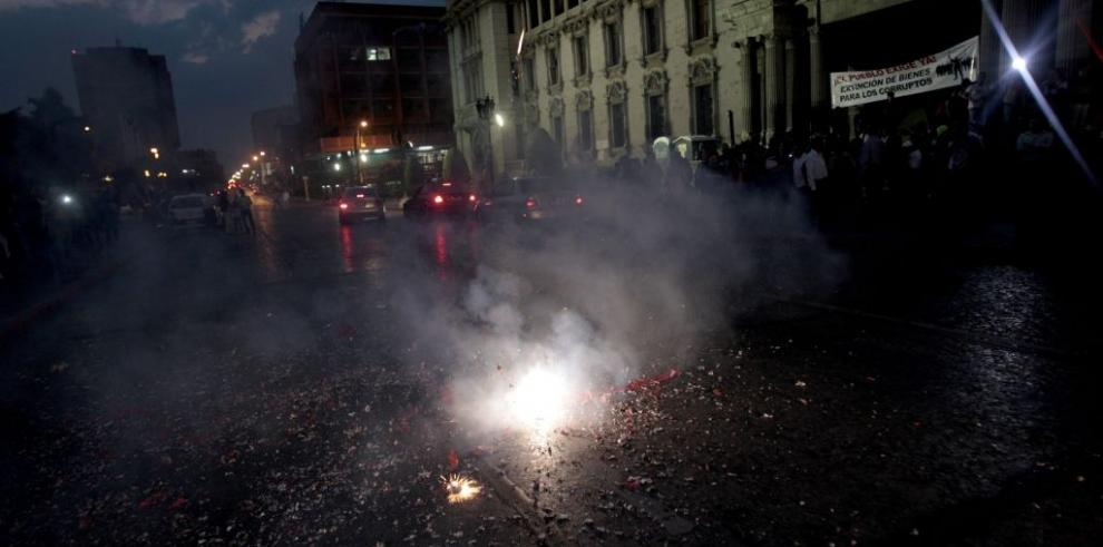Guatemaltecos celebran renuncia de vicepresidenta Baldetti