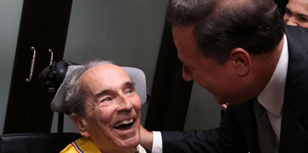 """Ricardo Arias Calderón recibe la orden """"Manuel Amador Guerrero"""""""