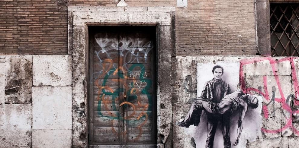 Arte callejero recrea el asesinato de un famoso cineasta italiano