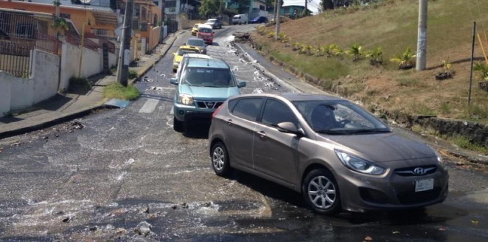 Tubería rota causa pérdida de agua en San Miguelito