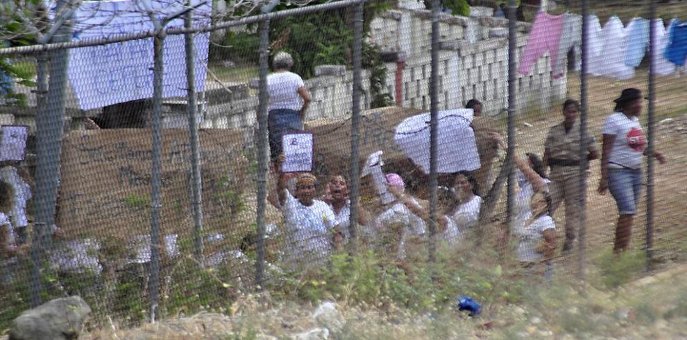 Reclusas del Centro Femenino protestan, exigen atención médica