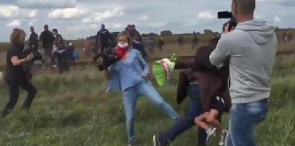 Reportera reconoce que pateó a refugiados, pero no pide perdón