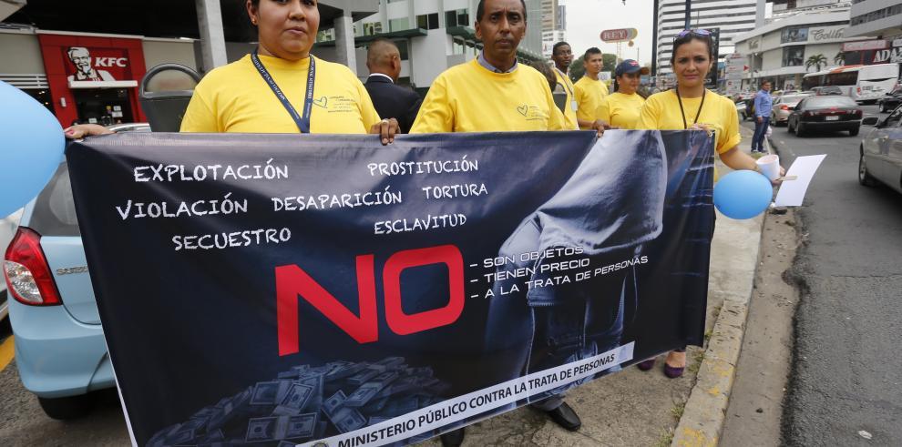 Con cadena humana conmemoran Día Mundial contra la Trata de Personas