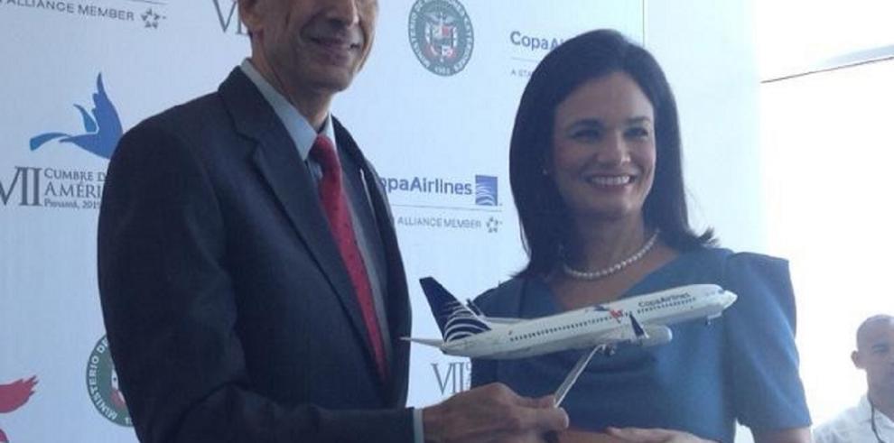 Develan avión de Copa con el logotipo de la Cumbre de Las Américas