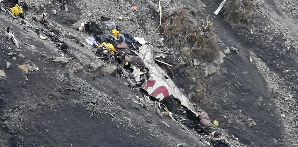 Un piloto del avión estrellado quedó fuera de la cabina y no pudo regresar