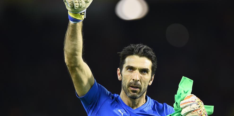Buffon, portero símbolo del fútbol italiano, cumple 20 años en el campo