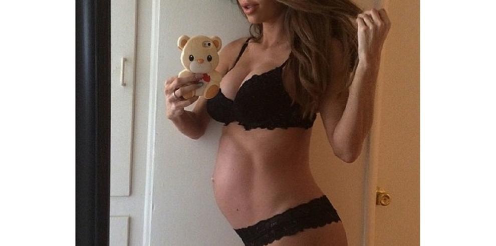 Modelo muestra sus abdominales luego de dar a luz