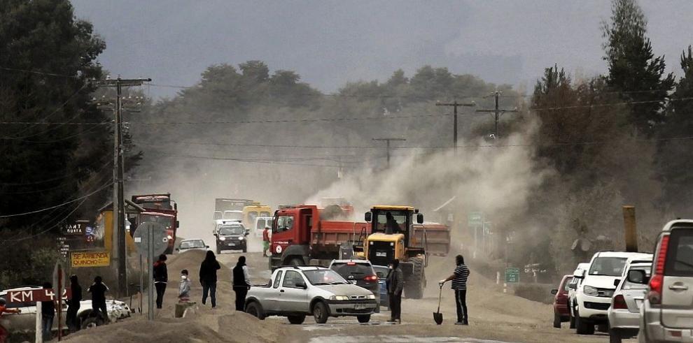 El Ejército se suma a la limpieza de las cenizas que arrojó el Calbuco