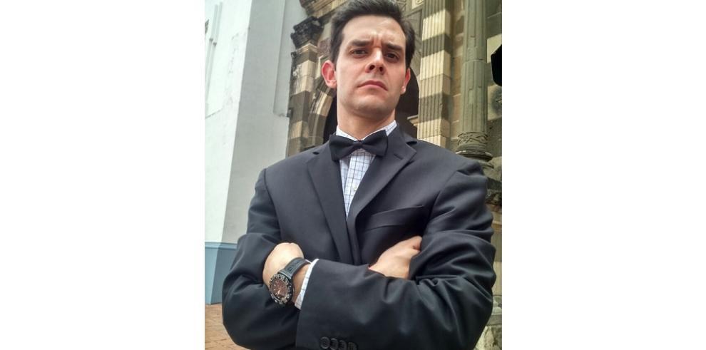 Con la famosa corbata de lazo despiden a