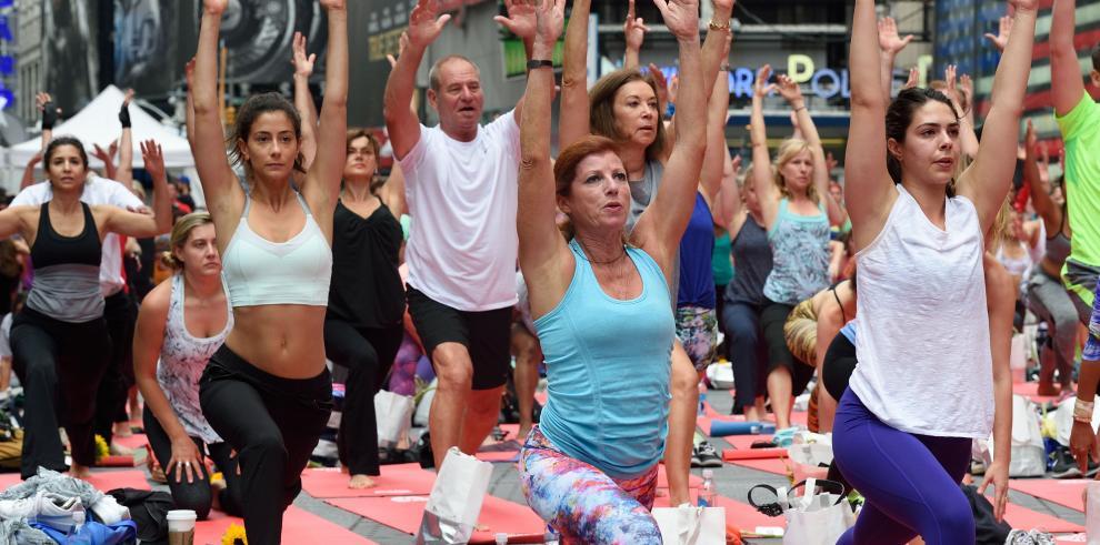 Miles de fanáticos del yoga invaden Times square de Nueva York