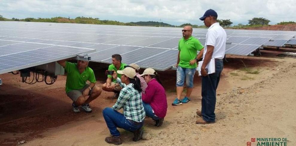 Funcionarios coclesanos aprenden sobre la generación fotovoltaica