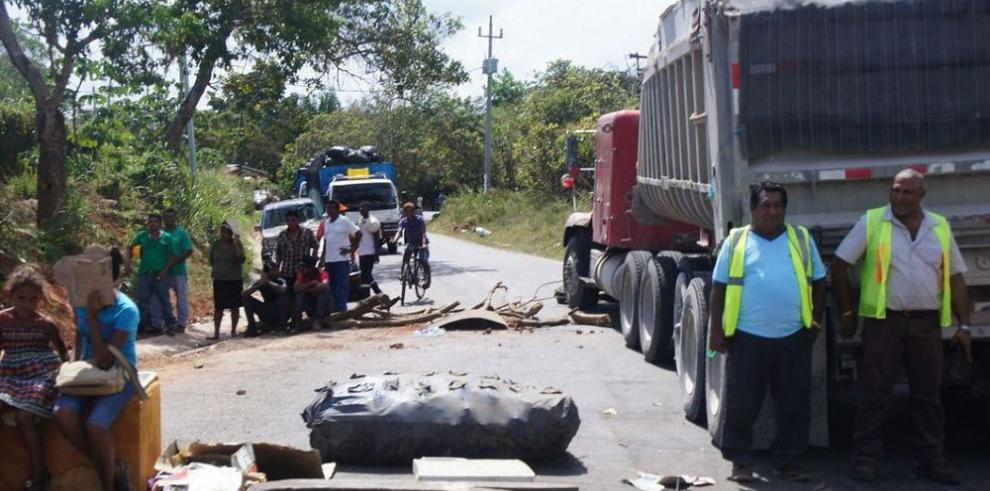 Moradores cierran la carretera hacia Playa Chiquita, en La Chorrera