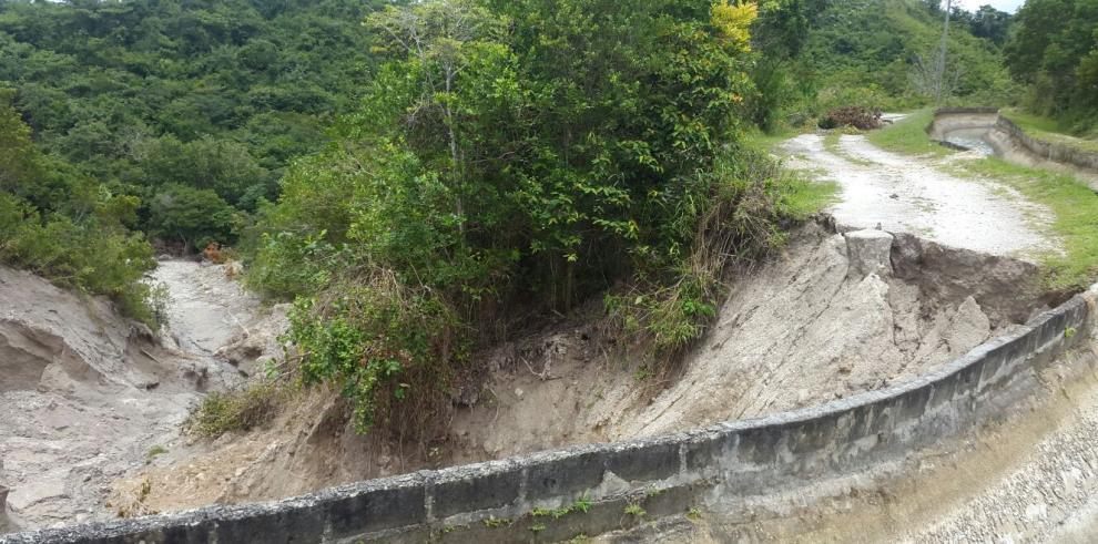 Colapsa un tramo de la vía Rincón Claro en Caballero de Antón