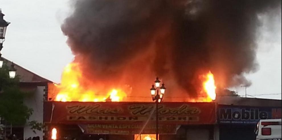 Se incendia almacén en Aguadulce