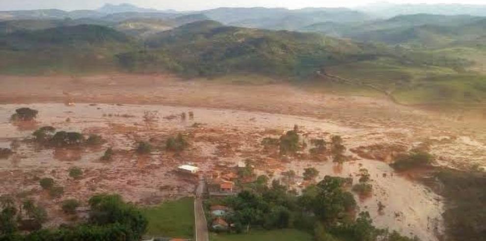 Más de 17 muertos al ceder dique minero en Brasil