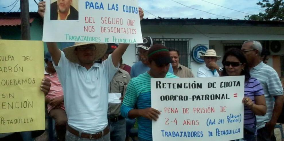 Trabajadores mineros piquetean en agencia de la CSS en Penonomé