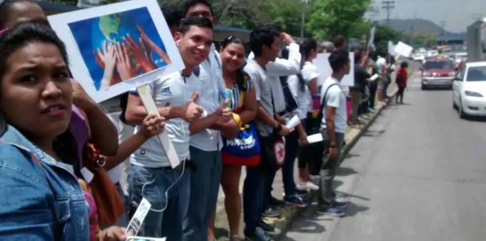Estudiantes de la UP realizaron cadena humana en el Día de la Tierra
