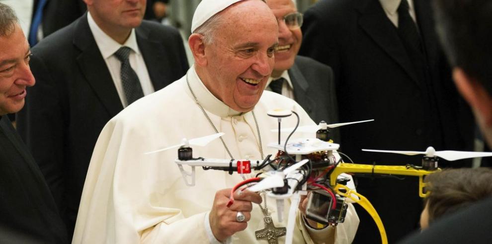 Cuelga dos veces al papa y viaja al Vaticano para disculparse