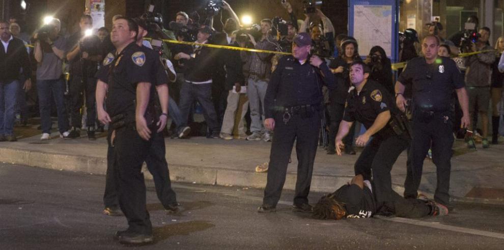 Un policía neoyorquino grave tras recibir disparo en su auto