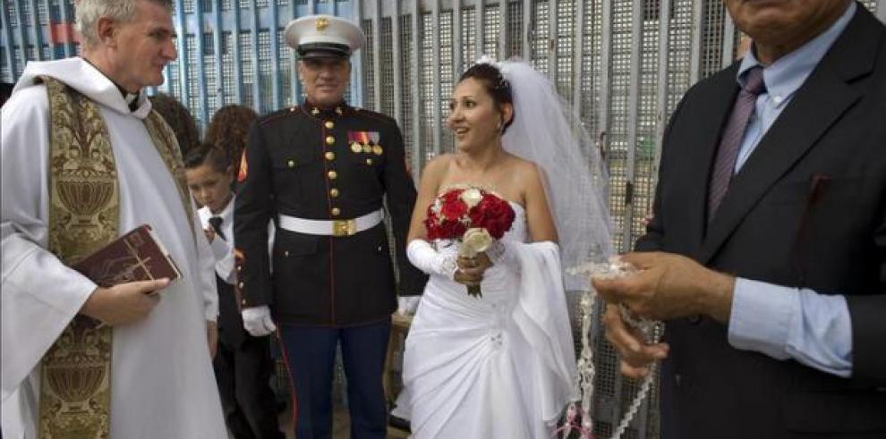 Una pareja se casa en el muro fronterizo entre EE.UU. y México