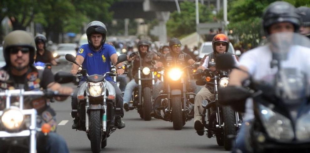 Motorizados critican la demora con su Panapass