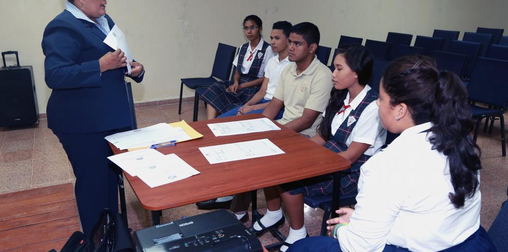 Estudiantes se capacitan para las elecciones de la Asamblea Juvenil
