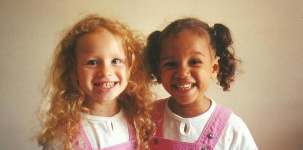 Lucy y María, las mellizas con distinto color de piel