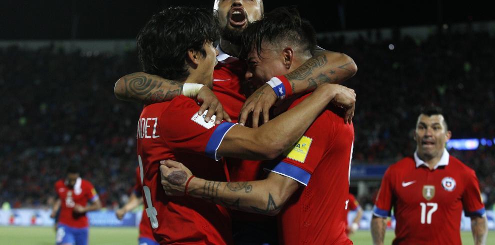 Chile supera a un Brasil sin brillo