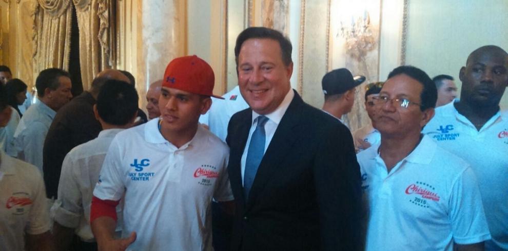 Presidente entrega cheque de 25 mil dólares al equipo de Chiriquí