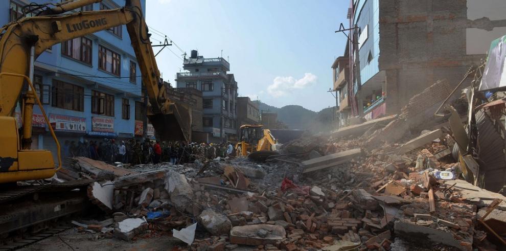 Nuevo sismo de magnitud 7,3 en Nepal causa al menos 36 muertos
