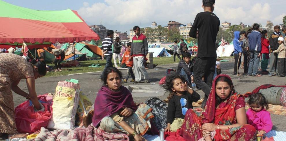 Cruz Roja reparte con dificultad paquetes con ayuda en Katmandú