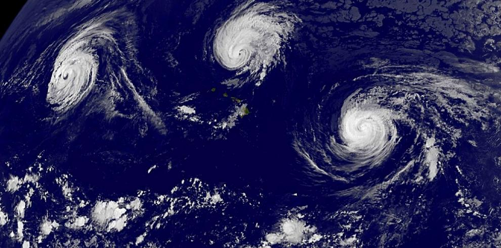Tres tormentas se posan sobre el Océano Pacífico