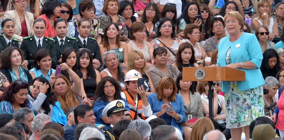 Bachelet promulga ley que crea el Ministerio de la Mujer