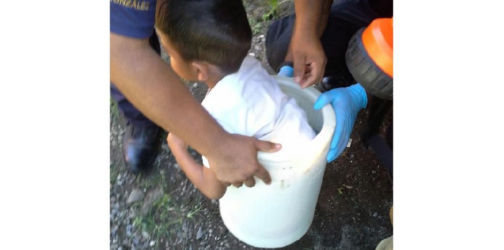 Camisas rojas rescatan a niño que se metió en una lavadora
