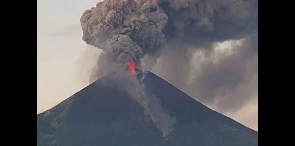 Volcán nicaragüense Momotombo reinicia actividad eruptiva