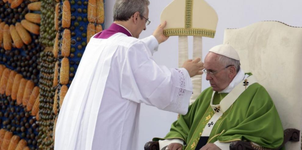 Papa celebra última misa campal antes de concluir gira sudamericana