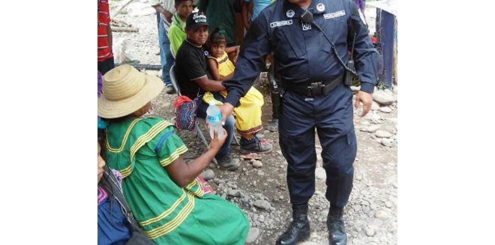 Policías prestan asistencia social en Barro Blanco