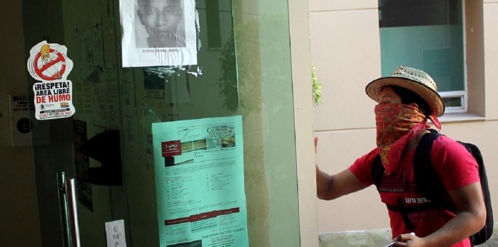 Familiares de los estudiantes desaparecidos atacan la fiscalía