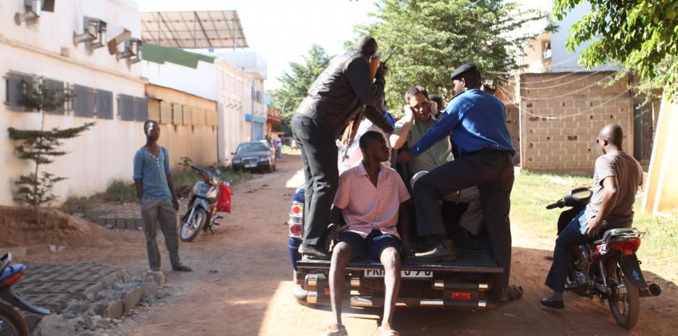 Decenas de rehenes liberados del hotel en Bamako