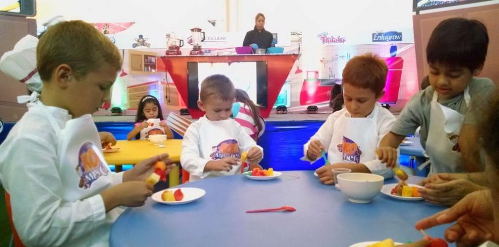 Niños participan de taller de cocina